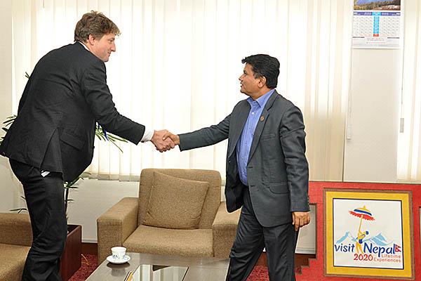 माननीय मन्त्री श्री रविन्द्र अधिकारीसँग  DFID का प्रमुख Dr. Rurik Marsden को शिष्टाचार भेट