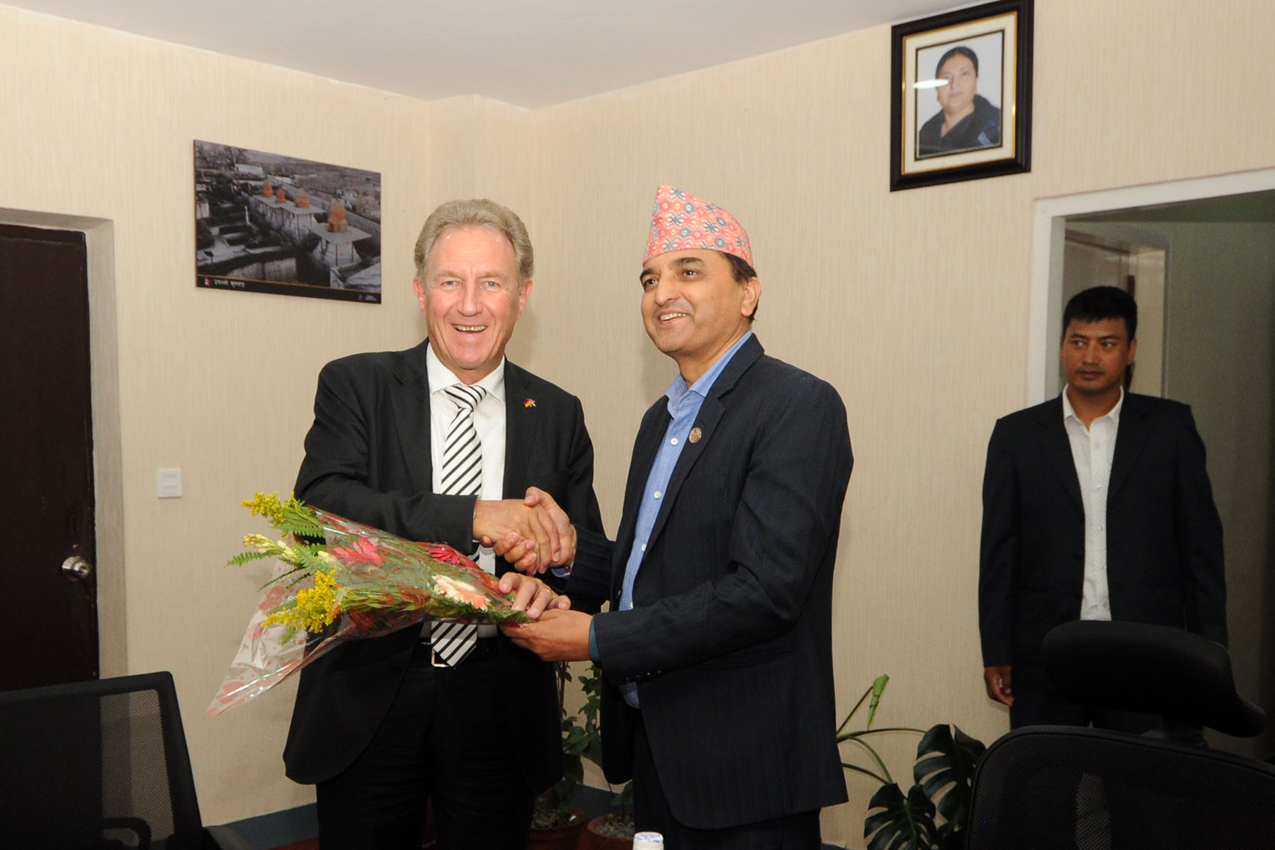 माननीय संस्कृति, पर्यटन तथा नागरिक उड्डयन मन्त्रीज्यूसँग नेपाल भ्रमणमा रहनु भएका जर्मन Economic Cooperation and Development का Parliamentarian State  Secretary Mr. Norbert Barthle को शिष्टाचार भेटको तस्वीर- (२०७६-०६-१६)